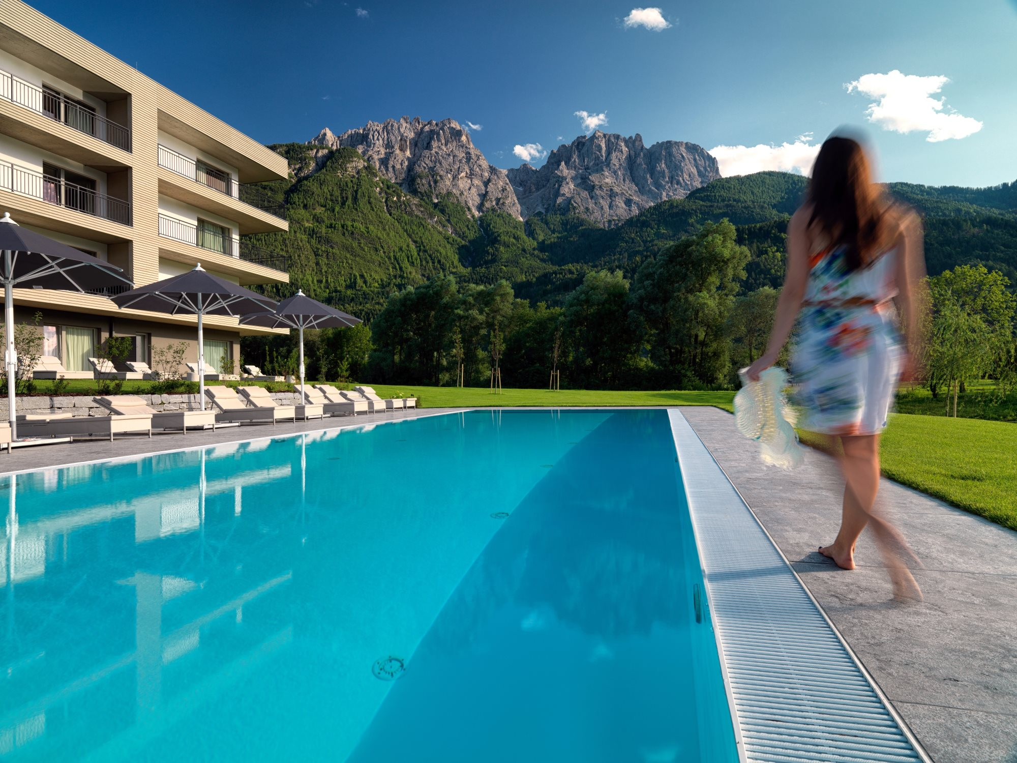 Dolomitengolf Suites - beheizter Pool mit Panoramablick.